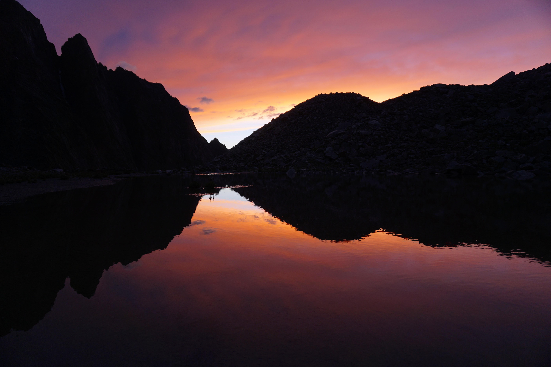 Saulrieta krāsas debesīs un ezera ūdens atspulgā - skats no mūsu telšu nometnes vietas.